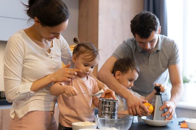Medium shot gelukkig gezin koken