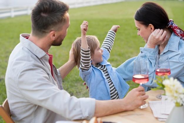 Medium shot gelukkig gezin met kind