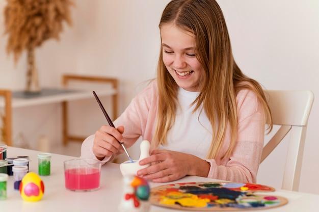 Medium shot gelukkig meisje schilderij