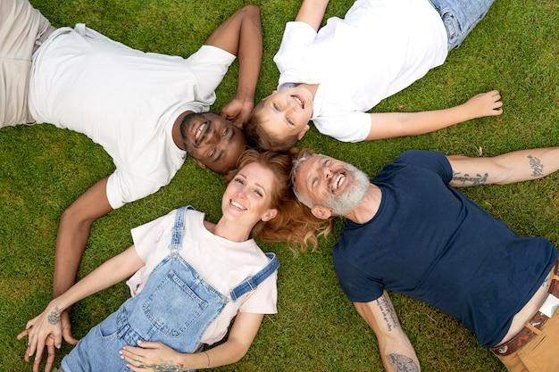 Medium shot gelukkige familie op gras