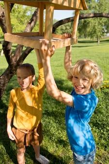Medium shot gelukkige kinderen buiten