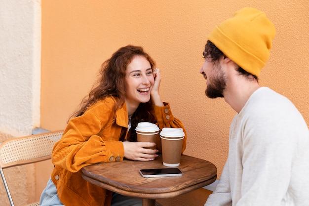 Medium shot gelukkige mensen met koffie