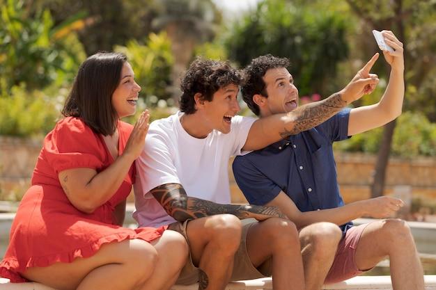 Medium shot gelukkige vrienden die selfie maken