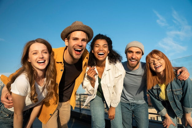 Medium shot gelukkige vrienden in de stad