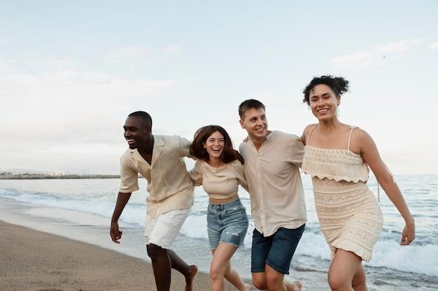 Medium shot gelukkige vrienden op het strand
