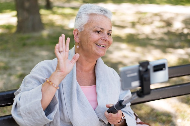 Medium shot gelukkige vrouw die selfie neemt