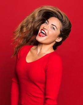 Medium shot gelukkige vrouw poseren