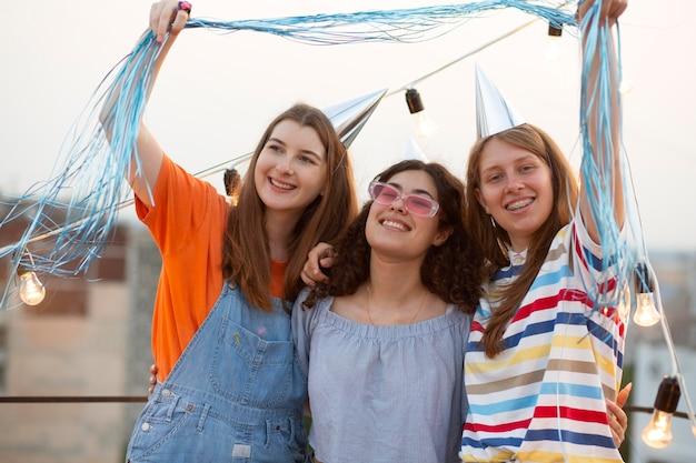 Medium shot gelukkige vrouwen op feestje