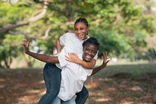 Medium shot gelukkige zusters poseren
