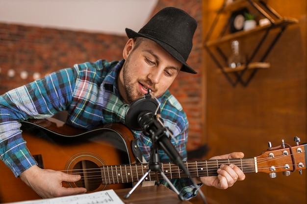 Medium shot getalenteerde muzikant zingt