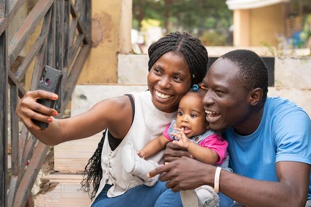 Medium shot gezin dat selfies maakt