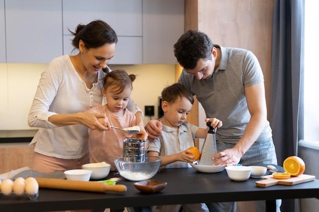 Medium shot gezin samen koken