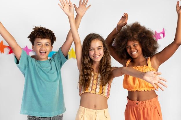 Medium shot happy kids op feestje