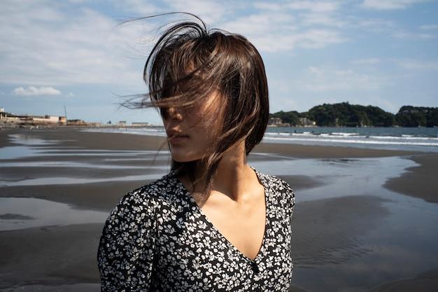 Medium shot japanse vrouw buitenshuis
