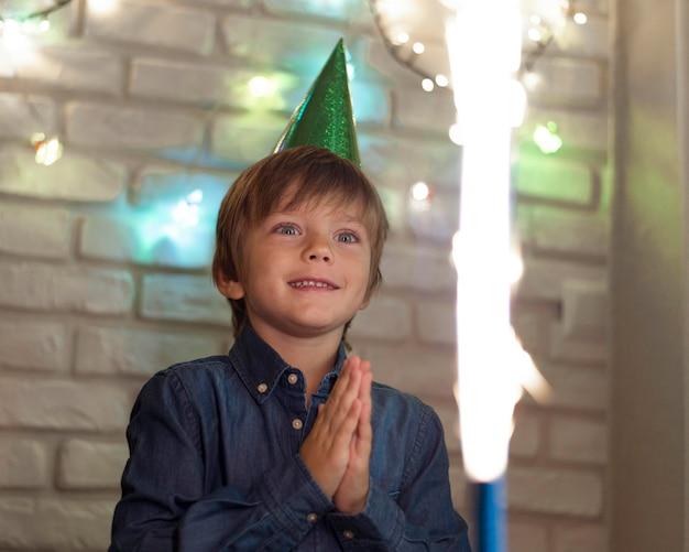 Medium shot jongen kijkt naar vuurwerk