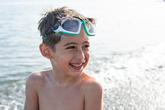 Medium shot jongen met bril