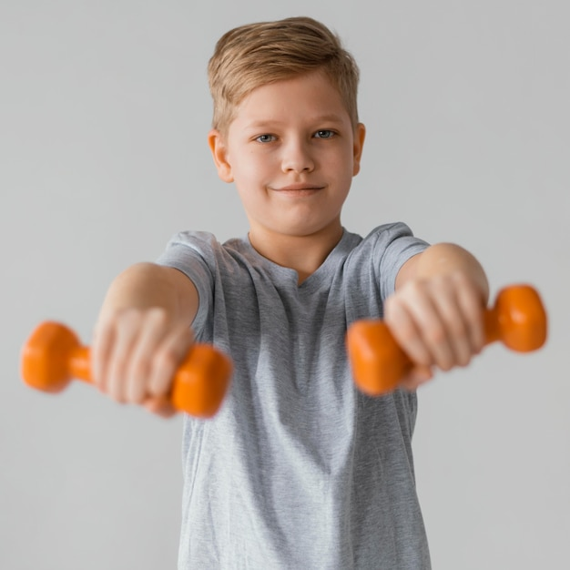 Medium shot jongen met halters