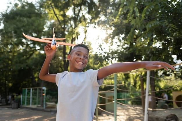 Medium shot jongen met vliegtuig