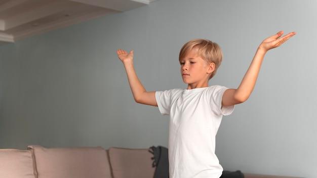 Medium shot kind aan het mediteren