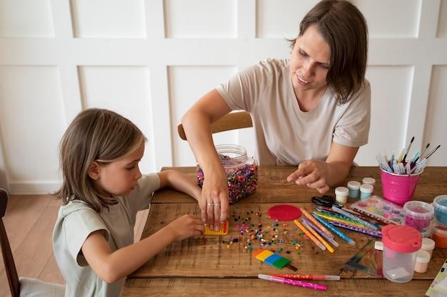 Medium shot kind met plezier thuis leren