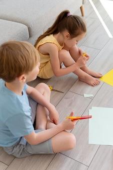 Medium shot kinderen die creatief zijn