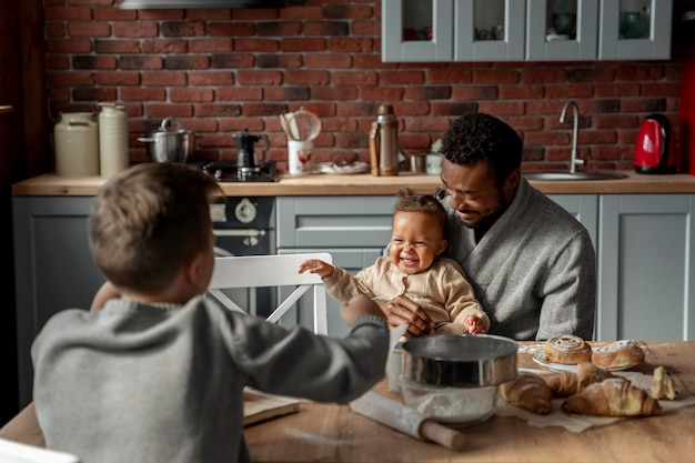Medium shot kinderen en vader aan tafel