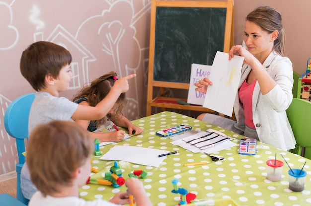 Medium shot kinderen kijken naar tekening