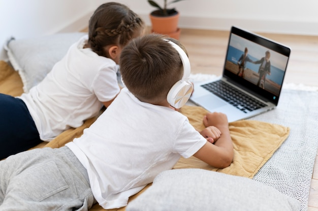 Medium shot kinderen met laptop binnen