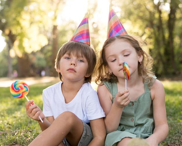 Medium shot kinderen met lolly's