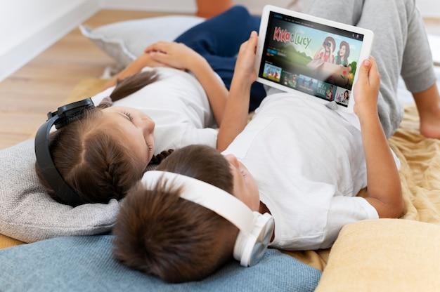 Medium shot kinderen met tablet