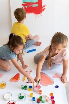 Medium shot kinderen schilderen