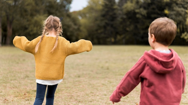 Medium shot kinderen spelen in de natuur