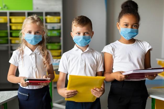 Medium shot kinderen terug naar school in pandemie tijd