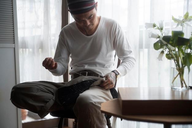 Medium shot man aan het naaien