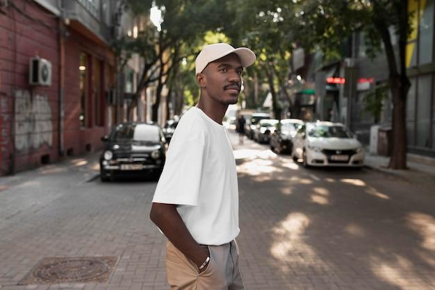 Medium shot man die in de stad loopt