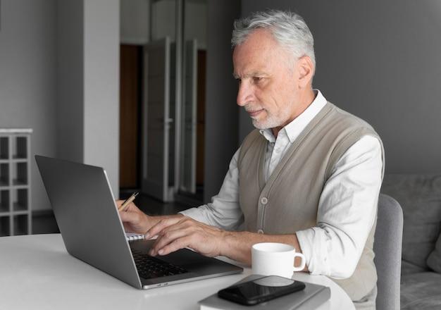 Medium shot man die op toetsenbord typt