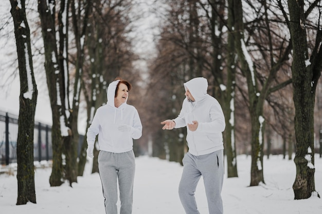 Medium shot man en vrouw joggen