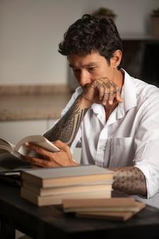 Medium shot man leest aan het bureau