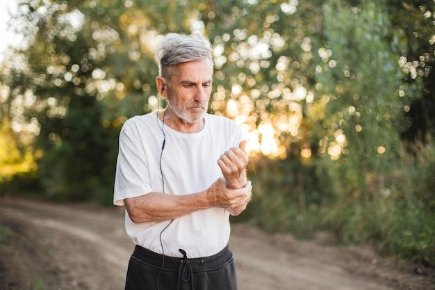 Medium shot man loopt met koptelefoon