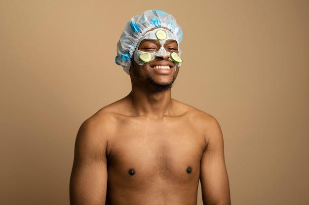 Medium shot man met gezichtsmasker