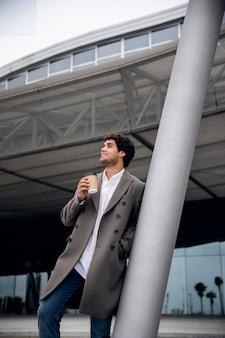 Medium shot man met koffiekopje Gratis Foto