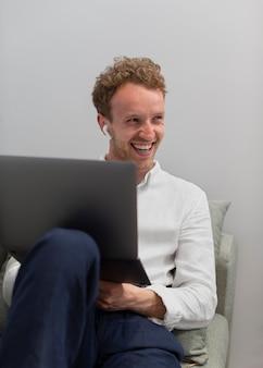 Medium shot man met laptop en koptelefoon