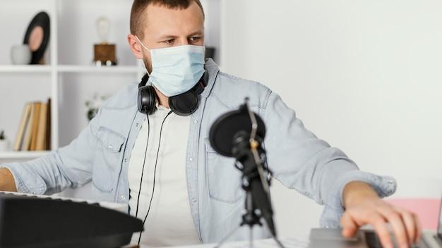 Medium shot man met medisch masker