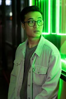 Medium shot man met neonlicht