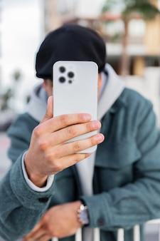 Medium shot man met smartphone