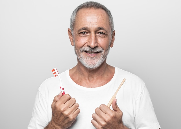Medium shot man met tandenborstels