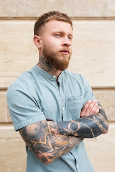 Medium shot man met tatoeages buiten Premium Foto