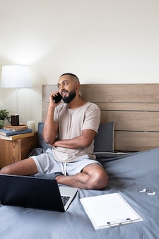 Medium shot man praten aan de telefoon