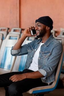 Medium shot man praten aan de telefoon Gratis Foto