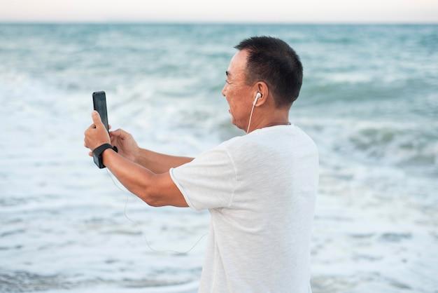 Medium shot man selfie te nemen